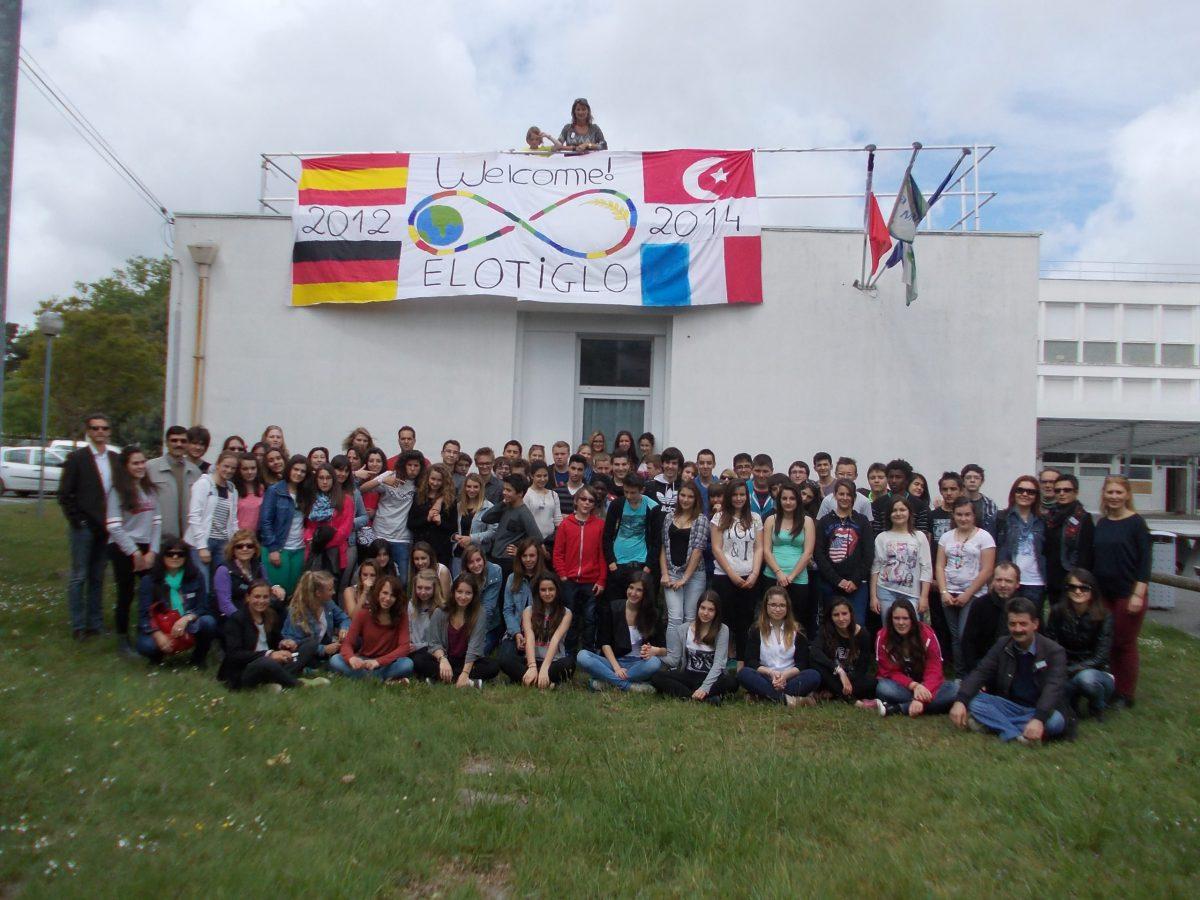 Gruppenfoto-vor-der-Partnerschule.jpg